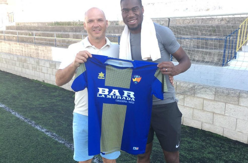 Geoffrey Kondogbia pictured holding UD Mahon shirt